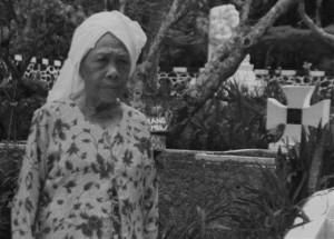 Mak Emmah, penjaga situs makam serdadu Jerman di Cikopo (foto:hendijo)