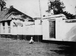 Tugu Pieter saat masih diletakan di kampoeng Petjah Koelit (foto:KITLV)