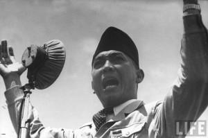 Bung Karno dalam suatu pidato di depan rakyat (sumber foto: Majalah LIFE)