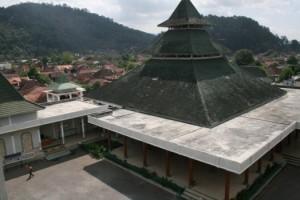 Masjid Agung Sumedang dilihat dari atas menaranya (sumberfoto:panoramio.com)