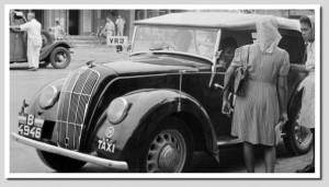 Dua orang noni tengah siap-siap naik taksi di Batavia (sumberfoto: KITLV)