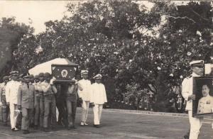 DIMAKAMKAN DI KALIBATA. Jenazah Letjen Marinir Hartono saat diusung menuju tempat peristirahatan terakhir di Taman Makam Pahlawan Kalibata, Jakarta Selatan (dok pribadi/milik keluarga besar Hartono)