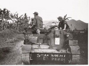 BERBURU KAUM REPUBLIK. Serdadu Belanda di Sukabumi saat Agresi I (foto:tropenmuseum)