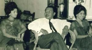 MENTERI MESUM. Yusuo Muda Dalam, salah seorang menteri  Orde Lama yang dikenal pecinta perempuan cantik, bersama dua artis ternama saat itu Gaby Mambo dan baby Huwae. (foto:koleksitempodoeloe)