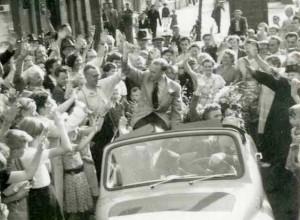 LEPAS DARI PENJARA.  Piet disambut hangat oleh para pendukungnya begitu usai keluar dari penjara (foto:dokumen keluarga)