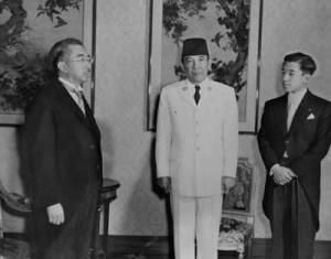 BERTEMU KAISAR JEPANG. Presiden Sukarno saat menjadi tamu Kaisar Hirohito dan Pangeran Akihito dalam suatu kunjungan kenegaraan ke Jepang pada Februari 1958 (foto:sukarno.net)
