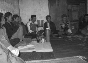 RAPAT MINGGUAN. Para petani Pangalengan tengah membicarakan soal-soal keseharian mereka dalam rapat mingguan (foto: hendijo)