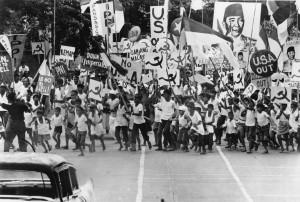 DEMO PKI. Sebuah adegan demonstrasi pro Sukarno yang dilakukan aktivis PKI dalam TYOLD (foto:imdb.com)