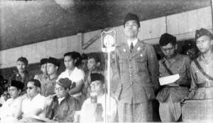 Moestopo (paling kanan) bersama Panglima Besar Soedirman (koleksi Hoesein Rushdy)