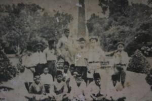 SANG GURU.Asmin Soetjipta di tengah murid-muridnya saat berkunjung ke Kebun Raya Bogor (repro hendijo)