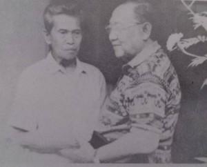 BERTEMU KEMBALI. Pertemuan antara Kapten Odi dengan Kolonel Eddie  pada 1997 setelah puluhan tahun tak berjumpa (foto:koleksi eddiesoekardi)