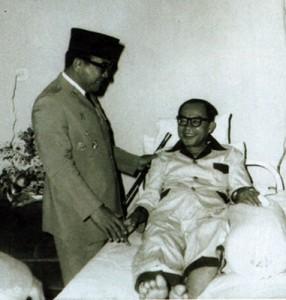 HATTA SAKIT. Presiden Sukarno menyempatkan mengunjungi Hatta yang tengah terbaring sakit pada akhir 1950-an (sumber: setneg)