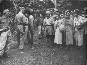"""SAIJAH DAN ADINDA. Rombongan prajurit Siliwangi dan keluarganya yang akan dilepas di garis perbatasan wilayah RI dengan """"wilayah"""" Belanda. (foto:IPPHOS)"""