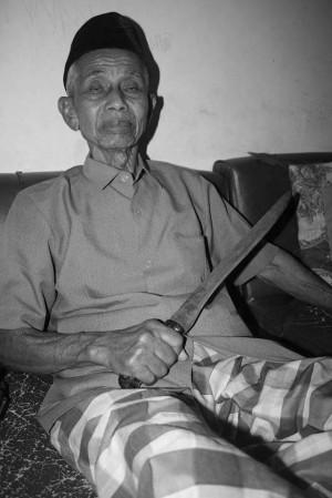 Prajurit (purn) Joesoef Soepardi dengan pisau yang dirampasnya dari seorang serdadu Jepang (foto:hendijo)