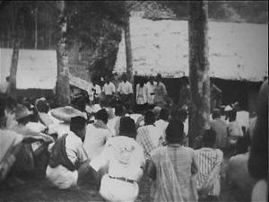 PEMBERSIHAN. Sekelompok warga desa tengah diperiksa oleh Lurah NICA di wilayah Sagaranten, Sukabumi pada 1948 (foto: arsip nasional belanda)
