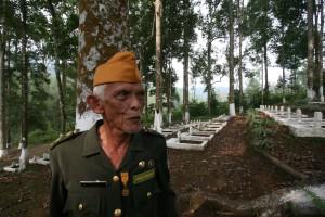 HOROR TAKOKAK. Sersan Mayor (Purn) Atjep Abidien, saksi hidup kekejaman perang yang dilakukan militer Belanda di Takokak, Cianjur. (foto:hendi jo)