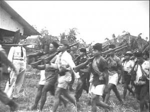 TURUN GUNUNG. Para prajurit Siliwangi turun gunung untuk melakukan hijrah ke Jawa Tengah (foto: Arsip Nasional Belanda)