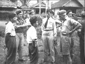 Seorang perwira Divisi Siliwangi tengah berunding dengan seorang perwira militer Belanda dan seorang pengawas dari Prancis menjelang pemindahan pasukan TNI d iPerkebunan Ramawati, Sukabumi. (foto:arsip nasional belanda)
