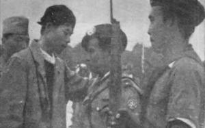 Panglima Besar Jenderal Soedirman tengah menasehati Letnan Komaruddin saat baru turun gunung (IPPHOS)